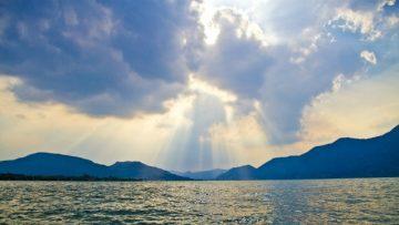 陽光、雲、、大海